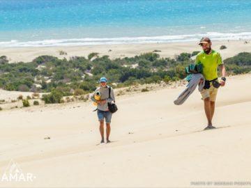 Туристы на песчаном пляже