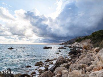 Валуны на берегу моря