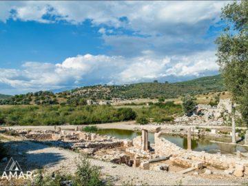 Вода в древних руинах