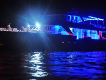 Яхта в ночном море