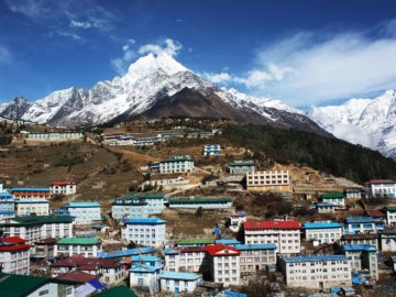 Город на фоне горы