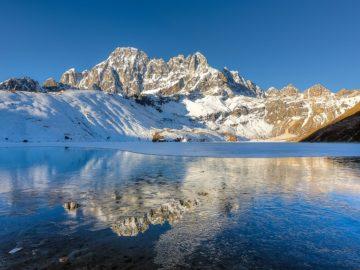 На половину замерзшее озеро