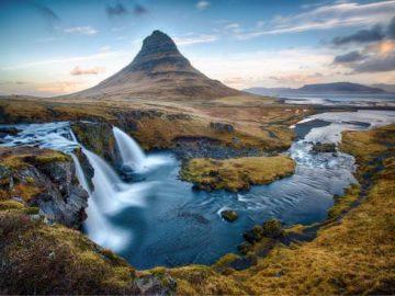 Водопад на фоне вулкана